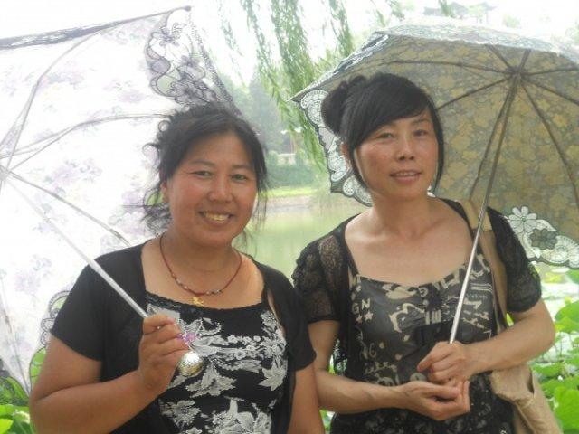 Китаянки прячутся от солнца