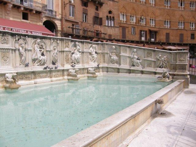 Знаменитый фонтан Радости на площади