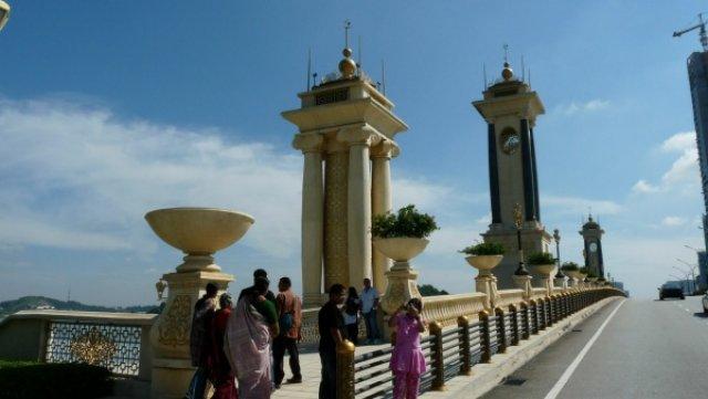 Мост в Путраджайе, он вам ничего не напоминает?