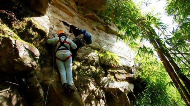 Подъем на скалу над водопадом