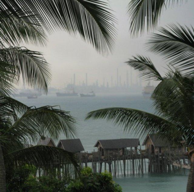 Сингапурский нефтеперегонный... вид с о. Сентоза