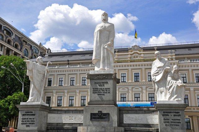 Памятник княжне Ольге на Михайловской площади в Киеве, Украина