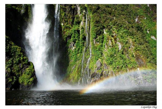 Водопад и радуга Фьорда Милфорд Саунд, Новая Зеландия