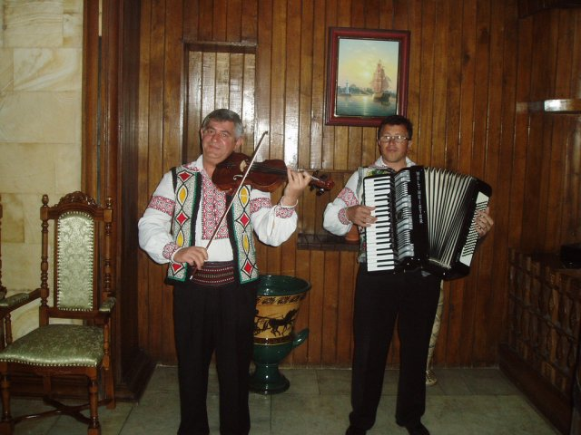 Музыканты в дегустационной комнате Милештий Мичи, Молдова