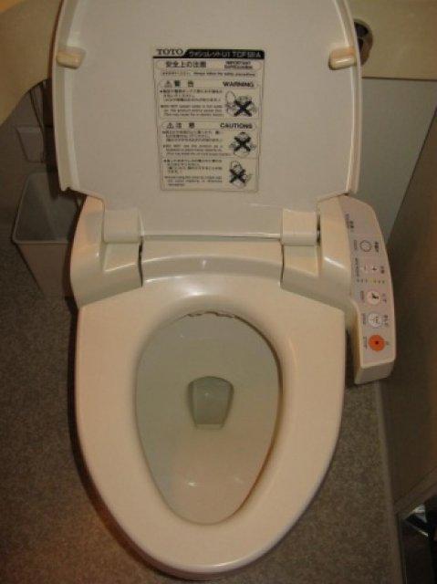 Японский высокотехнологичный унитаз