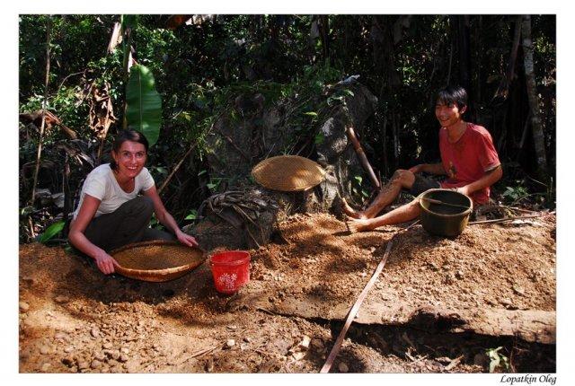 Нэлли и местные старатели с их дневной добычей корундов