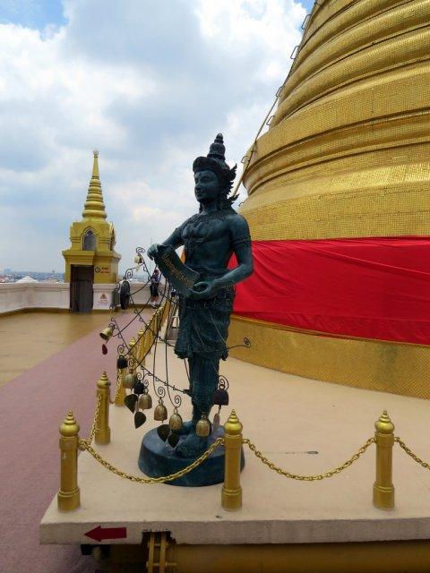 """Буддистский храм Ват Сакет Ратча Вора Маха Вихан, известный как """"Золотая гора"""""""