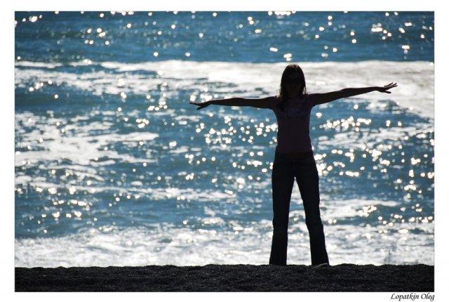 Девушка на берегу тихого океана перед экскурсией к китам