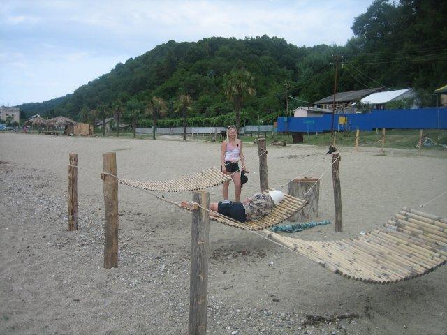 В Пицунде пляжи есть как песчаные, так и каменистые