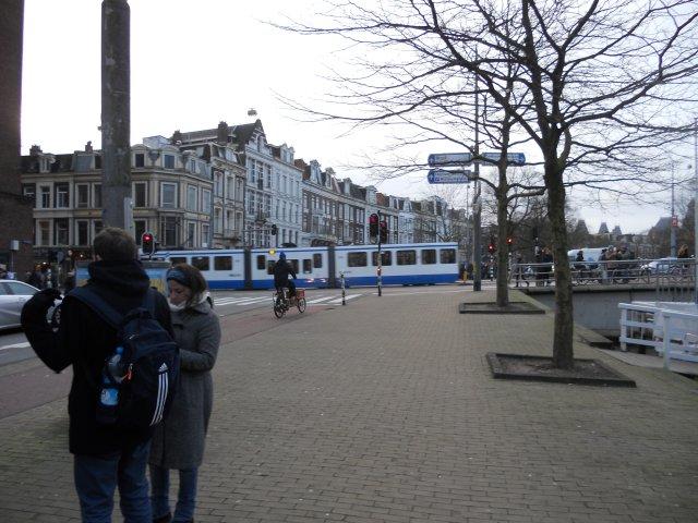 На дальнем плане - амстердамский трамвай