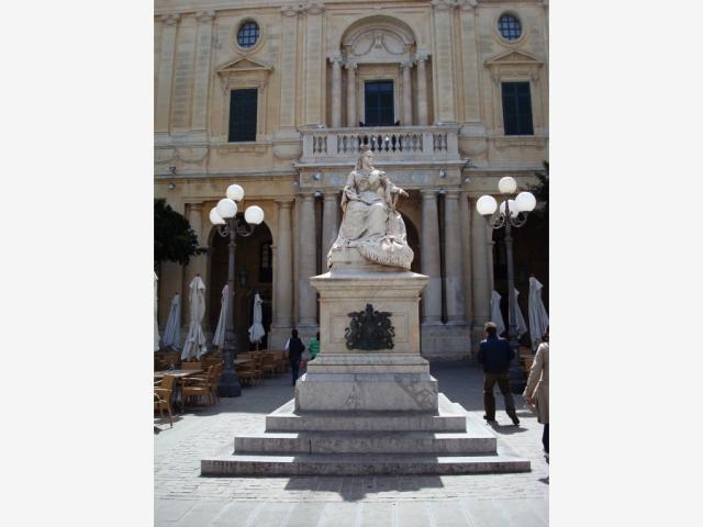 Памятник королеве Виктории перед зданием Национальной библиотеки Мальты