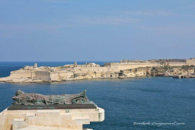 Статуя мальтийского солдата, погибшего во Второй Мировой войне