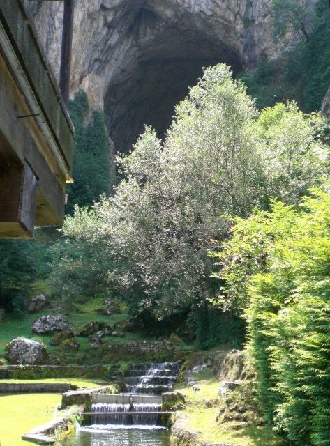 Вид на пещеру с мостика ресторана