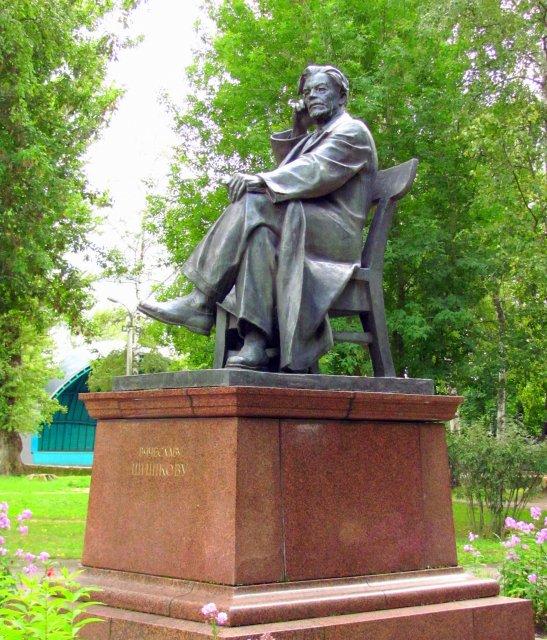 Памятник писателю В. Шишкову, уроженцу Бежецка