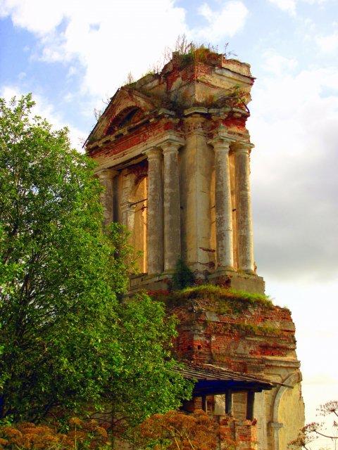 Есть храмы и в таком состоянии...