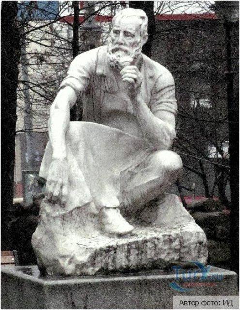 Памятник гастарбайтеру. Ему около 100 лет