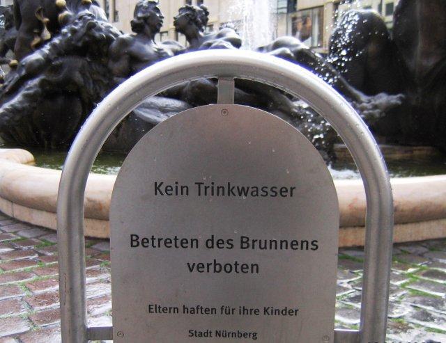 """Объявление у фонтана в Нюрнберге: """"Вода - не питьевая!..."""""""