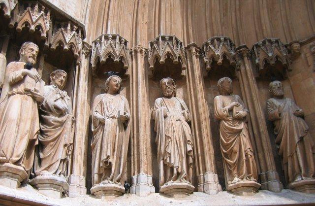 Таррагона. Скульптуры портала собора