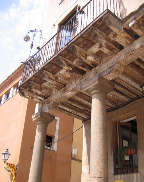 Таррагона. Самый древний балкон города. Колонны и балки - XIV века!