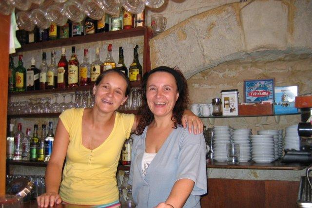 Гастарбайтерша Лорка (слева) и её хозяйка. Они тоже не поняли,чего же от меня хотели Славик с Наташкой?...