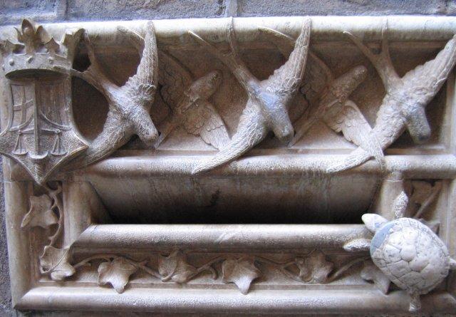 Барселона. Почтовый ящик средних веков: в стене. Письма, опущенные в угол с черепахой, уходили позже!