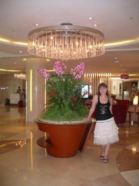 В холле отеля Grand Ambassador, Южная Корея