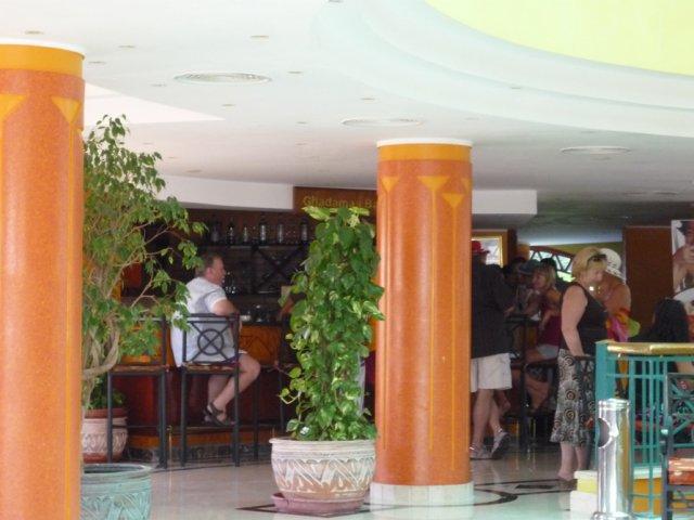 Днем в баре отеля всегда оживленно