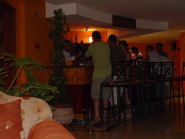 Ночью в баре отеля всегда оживленно