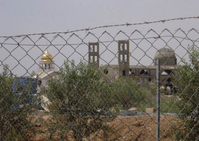 Слева виден золотой купол Русского странноприимного дома