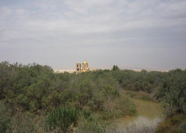 На пути к месту Крещения. Долина реки Иордан. В центре видна греческая православная церковь Иоанна Крестителя