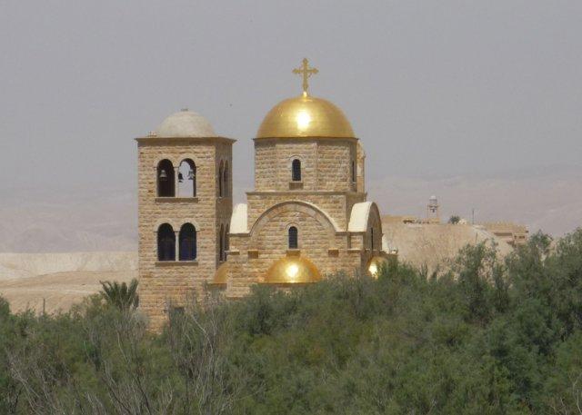На пути к месту Крещения. Вид на греческую православную церковь Иоанна Крестителя