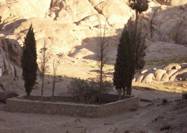Церковь пророка Илии находится слева за валуном. А за стеной - колодец
