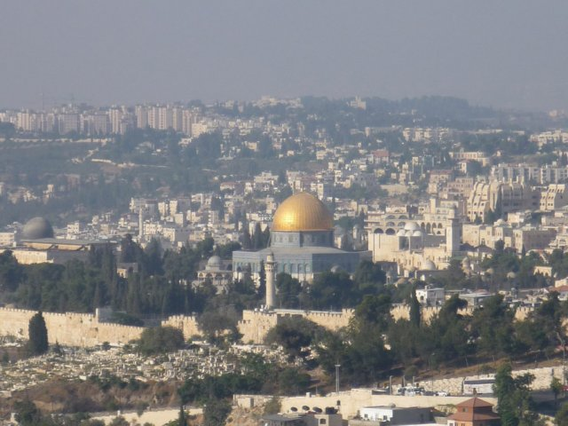 Вид на Храмовую гору со смотровой площадки на Елеонской горе. В центре виден золотой купол монумента Куббат ас-Сахра