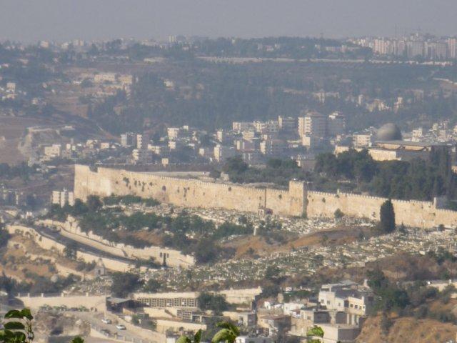 Вид на крепостные стены Старого города со смотровой площадки на Елеонской горе. Справа виден свинцовый купол мечети аль-Акса