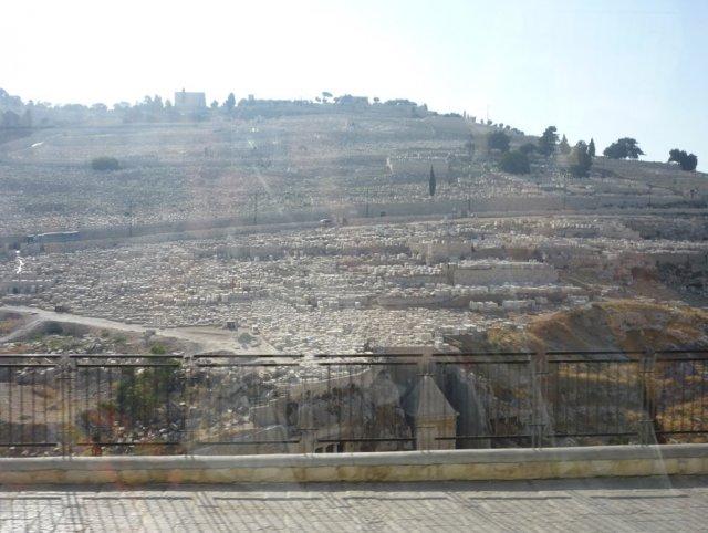 Едем по улицам города. За стеклом - вид на древнее еврейское кладбище. Внизу видны могилы пророков