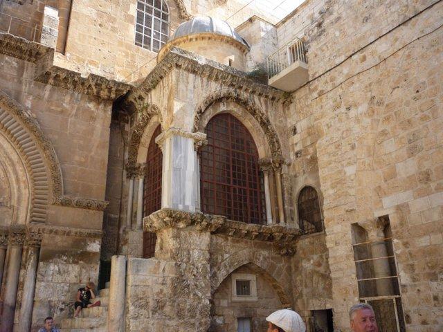 На входе в Храм находится часовня Разоблачения (Предел Деления Риз)