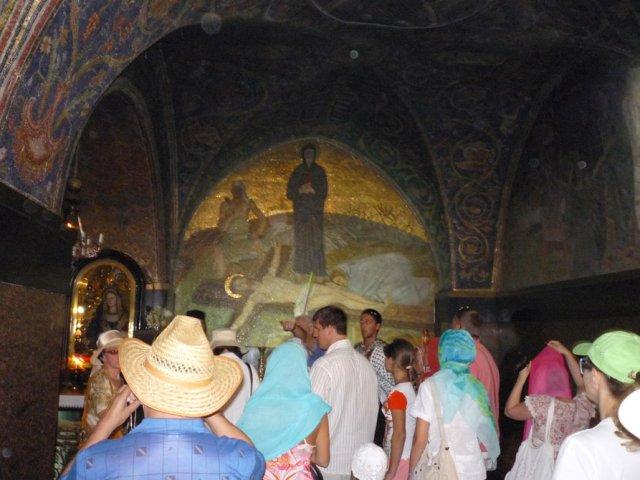 Место прибития Иисуса Христа к кресту обозначено алтарем. Над алтарем изображен Иисус, пригвожденный к кресту