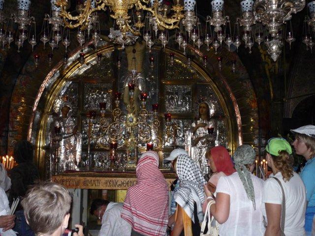 Голгофа – это небольшая скала или холм, где был распят Иисус Христос. Количество людей не убывает