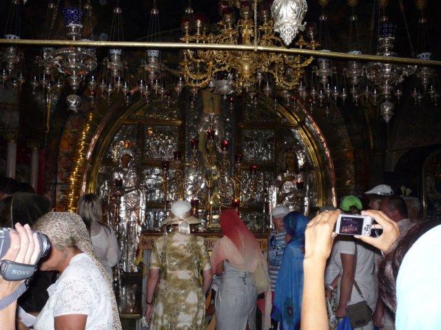 Голгофа – это небольшая скала или холм, где был распят Иисус Христос. Люди ведут съемку на фото и видеокамеры