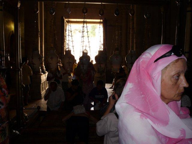 При входе в Храм паломники останавливаются перед Камнем помазания