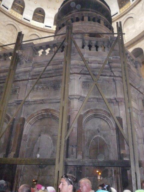 Кувуклия – небольшая купольная часовня желто-розового мрамора в центре Ротонды Храма Воскресения Христова