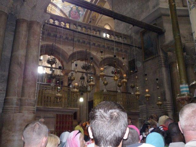 Вход в Кафоликон (церковь Вознесения) располагается напротив входа в Кувуклию. Кафоликон занимает центральное место комплекса