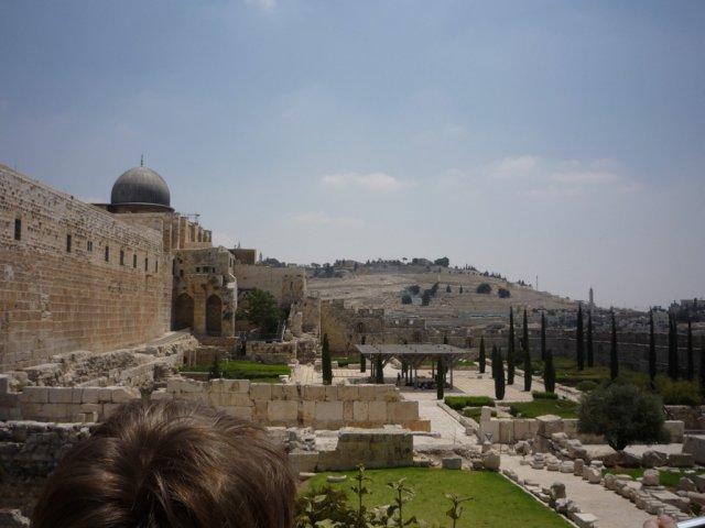 На переднем плане слева - купол мечети Аль-Акса. На заднем плане - древнее еврейское кладбище