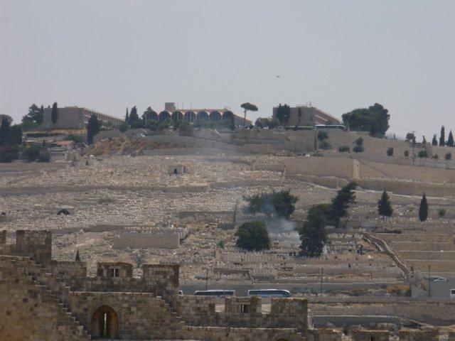Вид на древнее еврейское кладбище со смотровой площадки Археологического парка Иерусалима