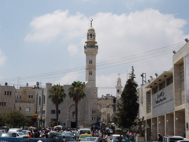 Мечеть Омара, расположенная рядом с Храмом Рождества Христова на Ясельной площади. Вдали справа видна высокая колокольня