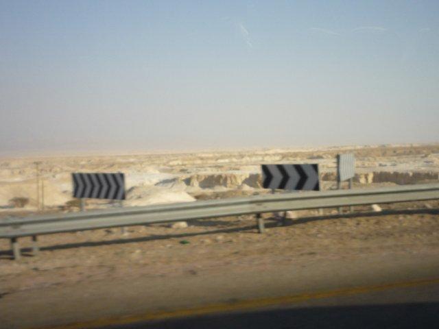 Едем из Израиля обратно в Шарм-эль-Шейх. За стеклом - сплошная пустыня