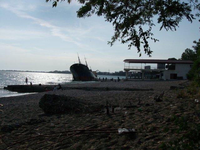 Гор. пляж за МВО. Сухум 2012. РЖАВАЯ рухлядь в воде ВЕЗДЕ!