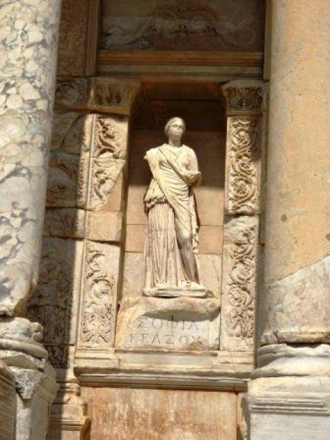 Статуя Мудрости в нише библиотеки Цельсиуса.