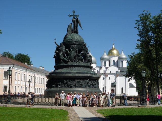 Экскурсия на фоне памятника и Софийского собора.