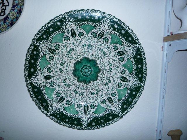 Тарелка из глины с натуральными красителями.
